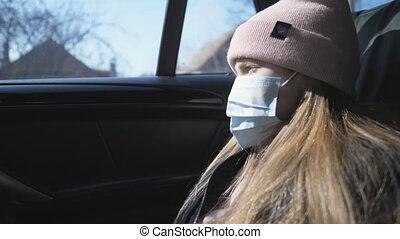 regarder, sécurité, monde médical, pendant, petit enfant, coronavirus, voiture, fenêtre., pandémie, voyager, virus, porter, vie, ride., masque, femme, protecteur, triste, girl, figure, par, concept