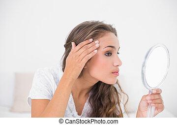 regarder, sérieux, brunette, séduisant, miroir