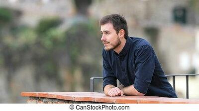 regarder, sérieux, loin, homme, balcon
