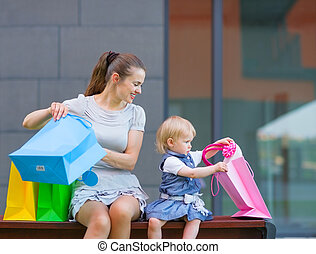 regarder, sac, achats, bébé, mère