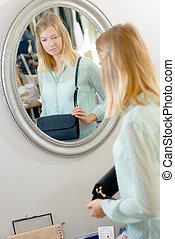 regarder, sac main, dame, miroir