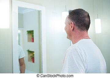 regarder, salle bains, homme, miroir