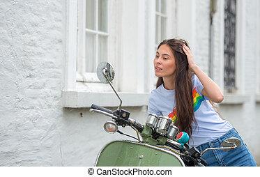 regarder, scooter, femme, elle-même, miroir