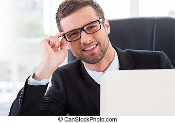 regarder, sien, aide, fonctionnement, you., lunettes, always, ordinateur portable, séance, jeune, formalwear, gai, quoique, endroit, prêt, homme, ajustement, dehors