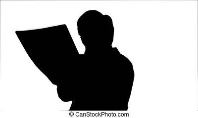 regarder, silhouette, docteur féminin, résultats, xray, sérieusement, brain., humain