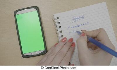regarder, smartphone, elle, ingrédients, clous, sommet, recette, quoique, noter, dîner, planification, vert, ordre du jour, mains, cuisinier, girl, écran, rouges, vue