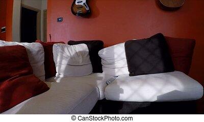 regarder, sofa, fatigué, jeune, séance, homme
