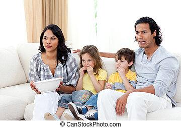 regarder, sofa, tv, concentré, famille