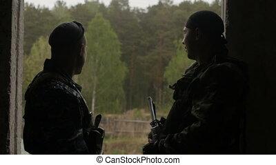 regarder, soldats, loin, fenêtre