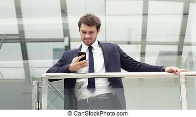 regarder, sourire, portrait., appareil-photo., homme affaires tient, heureux