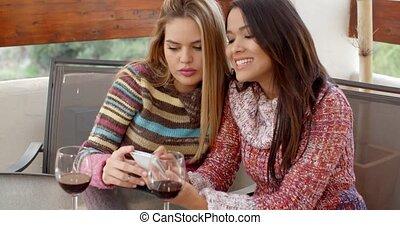 regarder, téléphone, café, filles, ensemble