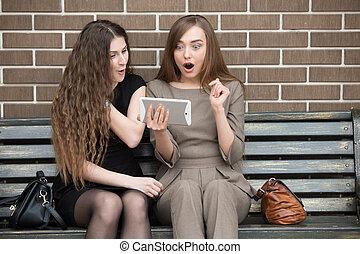 regarder, tablette, femmes, beau, écran, choc, jeune