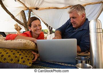regarder, tente, couple, ordinateur portable