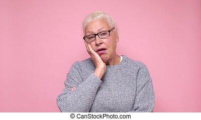 regarder, triste, look., appareil photo, méfiant, projection, vieille femme