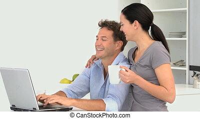 regarder, vidéo, ordinateur portable, couple