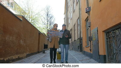 regarder, ville, couple, touristes, carte