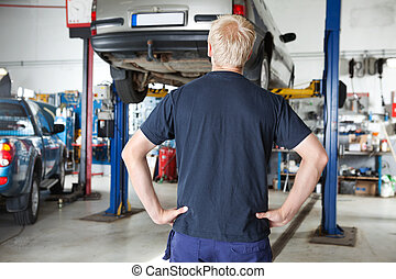 regarder, voiture, arrière, mécanicien, vue