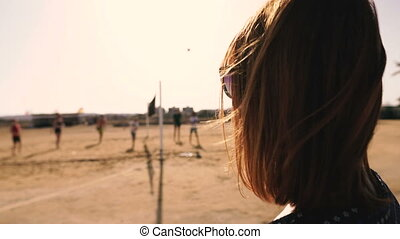regarder, volleyball., volley-ball, jeu, spectateur, girl, plage