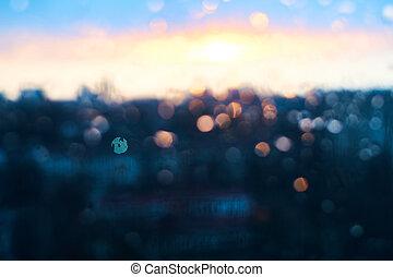 regen fällt, beschaffenheit, auf, fensterglas, mit, betäuben, weinlese, blaues, violett, sonnenuntergang, licht, abstrakt, verwischt, cityscape, skyline, bokeh, hintergrund., weich, fokus.