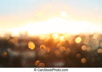 regen fällt, beschaffenheit, auf, fensterglas, mit, prächtig, weinlese, orange, bernstein, sonnenuntergang, licht, abstrakt, verwischt, cityscape, skyline, bokeh, hintergrund., weich, fokus.