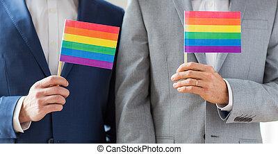 regenboog, vrolijk paar, op, vlaggen, vasthoudende sluit, mannelijke