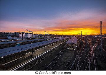 regional, treine estação, em, berlim, em, pôr do sol
