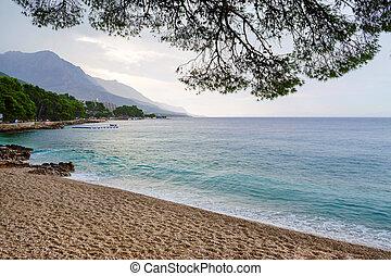 regnerisch, sandstrand, in, brela, kroatien, makarska, riviera, dalmatien