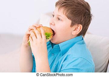 regordete, niño, toma, mordedura, de, cheeseburger.
