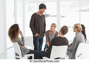 rehab, groep, het luisteren, om te, man staand, op, introducerend, zichzelf