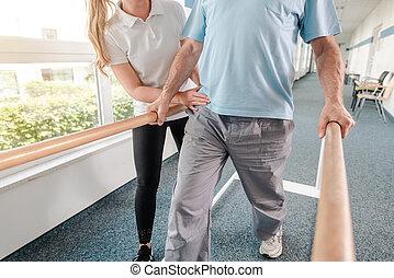 rehabilitatie, lichamelijk, oefeningen, wandelende, senior, therapist, patiënt