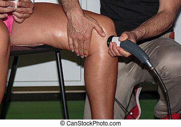 rehabilitation, und, sport:, professionell, physiotherapie, behandlung, auf, knie, mit, ultraschall, therapie