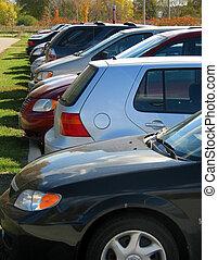 reihe, von, autos, in, der, parkplatz