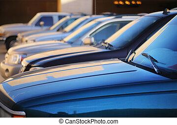 reihe, von, autos, in, parkplatz