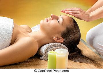reiki, trattamento, donna, forehead., ricevimento