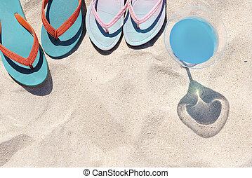 reizen, en, zomer, partij., kleurrijke, pantoffel, op het strand, met, blauwe , drank, op wit, sand., vrolijke , zomer, vacation., afbeelding, voor, optellen, tekst, message., achtergrond, voor, ontwerp, kunst, work.