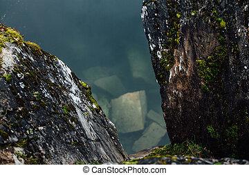 reizend, ansicht, von, der, see, mit, smaragd, hügel, umgeben, per, cliffs., niemand, here., wald, reflexion, in, water.