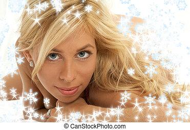 reizend, blond, mit, schneeflocken