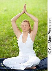 reizend, draußen, natur, park, meditiert, -, junger, feld, grün, meditation, gras, m�dchen
