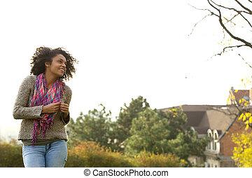 reizend, frau, junger, amerikanische , afrikanisch, lächeln