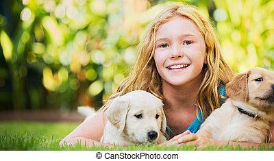 reizend, junges mädchen, mit, hundebabys