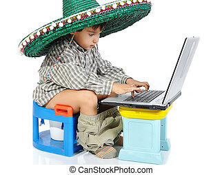reizend, kind, mit, mexikanischer hut, auf, kopf, sitzen toilette, mit, laptop