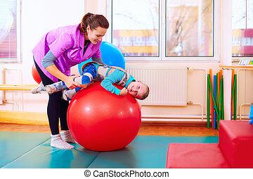reizend, kind, mit, unfähigkeit, hat, musculoskeletal, therapie, per, machen, übungen, in, koerper, reparieren, gürtel, auf, anfall, kugel