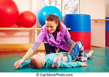 reizend, kind, mit, unfähigkeit, hat, musculoskeletal, therapie, per, machen, übungen, in, koerper, reparieren, gürtel