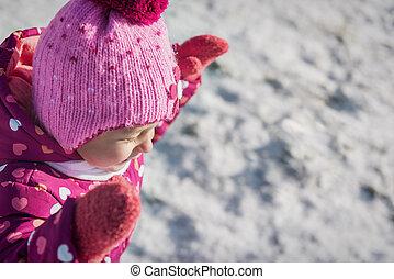 reizend, kleines mädchen, lächeln, draußen, während, verschneiter , winter, tag