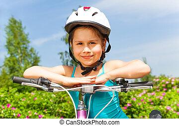 reizend, kleines mädchen, mit, a, fahrrad