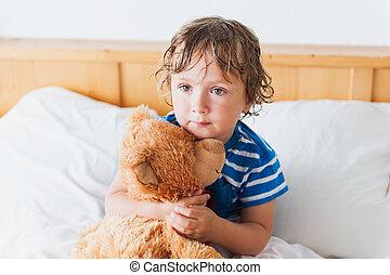 Bett Kleinkind Junge ~ Reizend junge teddy basierend bär bett kleinkind stockbilder