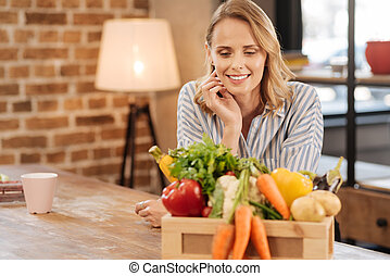 reizend, nachdenklich, frau, entscheiden, was, kochen