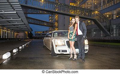reizend, paar, vor, a, limousine