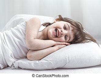 reizend, wenig, cozy, bett, lächeln, während, weißes, m�dchen, liegen