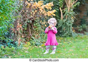 reizend, wenig, kleinkind, m�dchen, essen apfels, in, a, kleingarten, mit, gelber